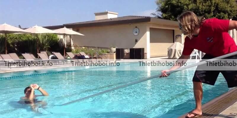 Ứng dụng móc cứu hộ bể bơi